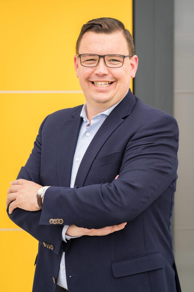 Christoph Raithel vor Haustür